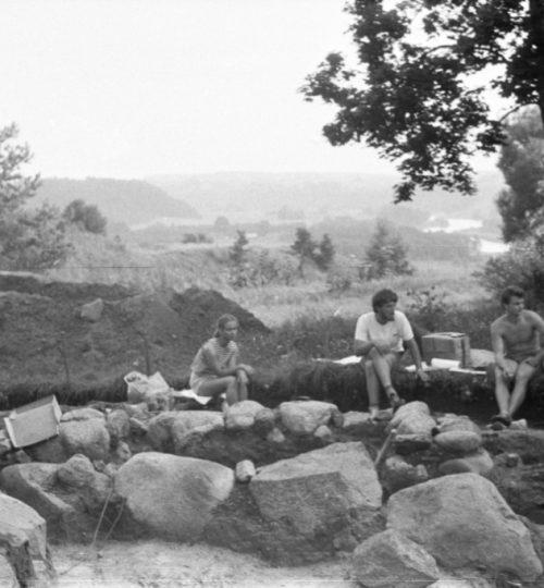 1989 m. Senosios Kernavės bažnyčios vietos tyrinėjimai. Per vidurį sėdi G. Karnatka. Fotografas nežinomas