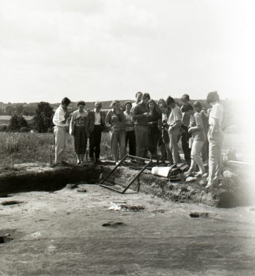 1990 m. kapinynas prie Neries. A. Luchtanas (centre) su studentais. Fotografas nežinomas