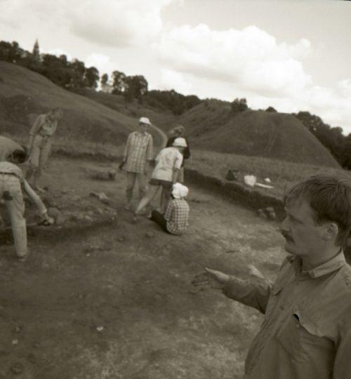 1992 m. A. Luchtanas (priekyje) Aukuro kalno tyrimų metu. Fotografas nežinomas