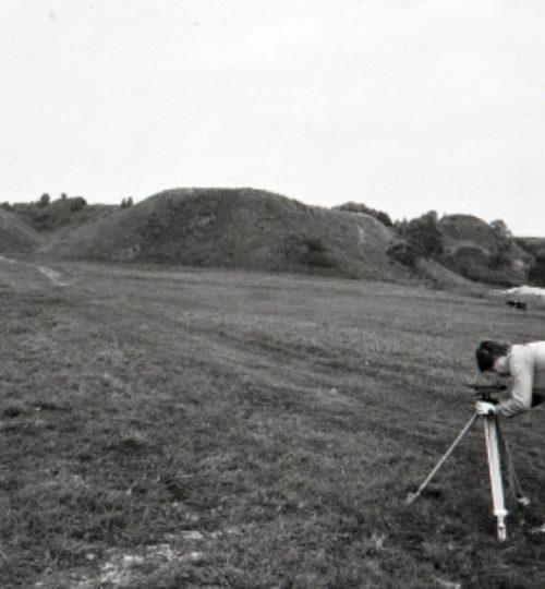 1993 m. senojo miesto tyrimai, A. Luchtanas atlieka matavimus. Fotografas nežinomas