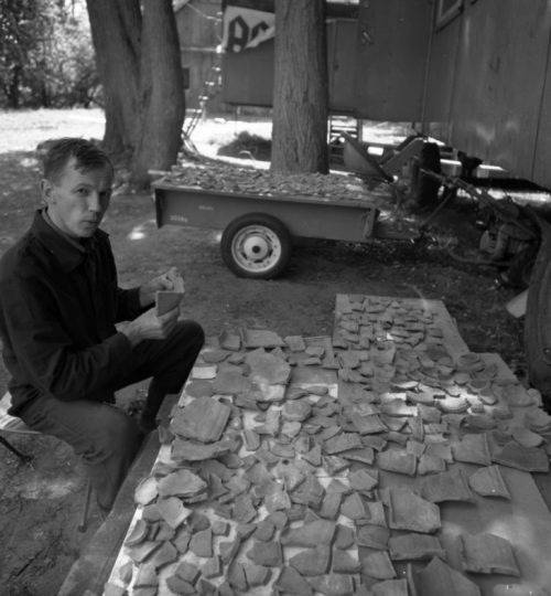 A. Jankauskas tvarko tyrinėjimų metu rastą keramiką, 1992 m. Kernavės dvarvietės tyrinėjimai. Fotografas nežinomas