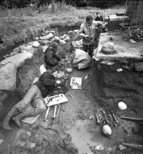 1992 m. senosios bažnyčios vietos Kernavėje tyrimai. Stovi: A. Jankauskas; priekyje guli A. Luchtanas. Fotografas nežinomas