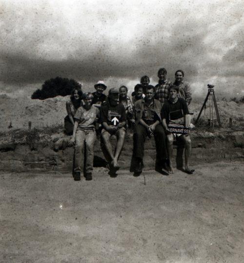 1993 m. Kernavės-Kriveikiškio kapinyno tyrinėjimai. Pirmas sėdi iš dešinės G. Vėlius. Fotografas nežinomas
