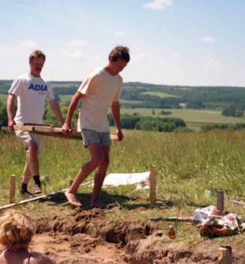 Kernavės-Kriveikiškio kapinyno tyrimai. Tradiciškai pirmus neštuvus neša A. Luchtanas (kairėje) ir G. Vėlius. Fotografas nežinomas