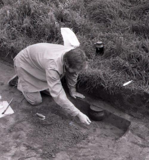 A. Luchtanas preparuoja urną Kernavės kapinyno tyrinėjimuose. Fotografas nežinomas