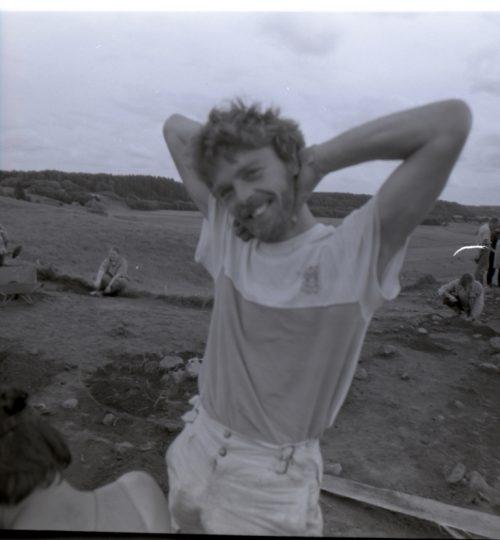 1993 m. Aukuro kalno kasinėjimai. G. Karnatka ant perkasos krašto. Fotografas nežinomas