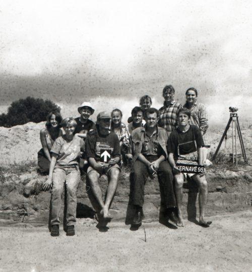 Laimingi tyrinėtojai (pirmas sėdi iš dešinės  – G. Vėlius). Fotografas nežinomas