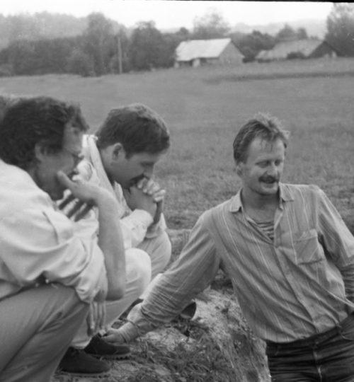 1993 m. Kernavės miesto tyrimai. Stovi A. Luchtanas, tupi centre prof. A. Kuncevičius. Fotografas nežinomas